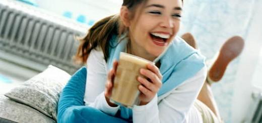 moteris-su-kava