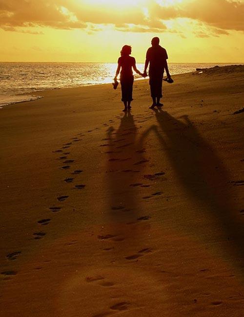 Vyras ir moteris eina pajūriu