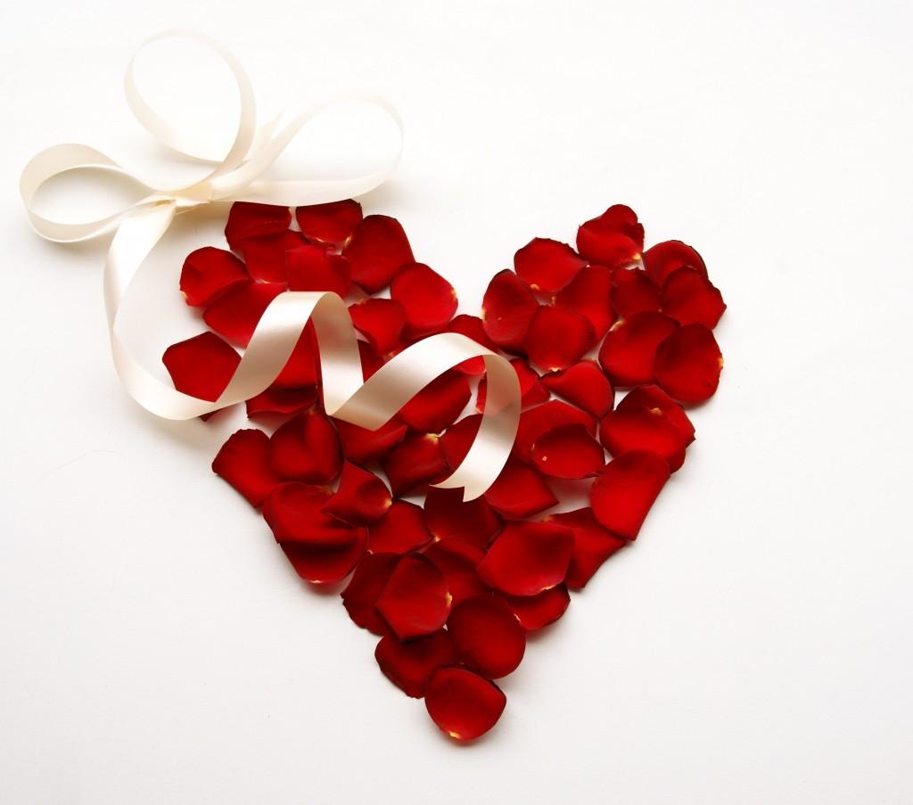 Širdis iš rožės žiedlapių