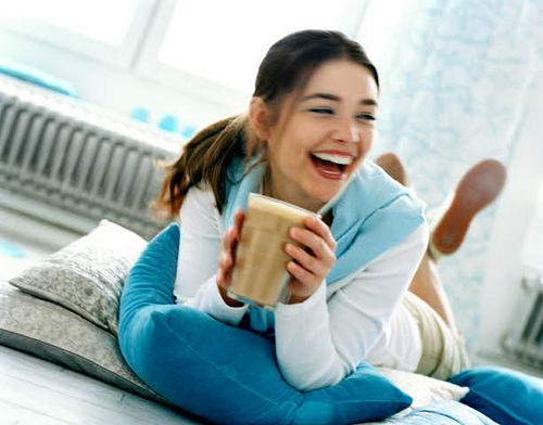 moteris su kava