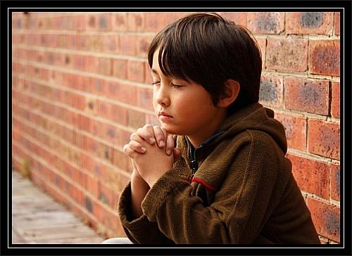 Berniukas meldžiasi