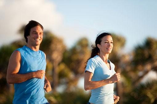bėga laimingas vyras ir moteris
